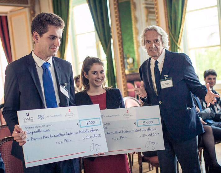 Photos des Lauréats du Prix du Meilleur binôme en droit des affaires - Jones Day/ESSEC/Paris 2 avec John McLaughlin