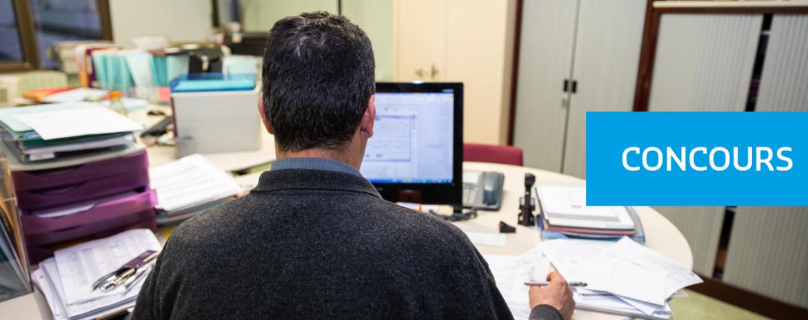 Visuel d'un agent à son poste de travail pour illustrer la rubrique concours