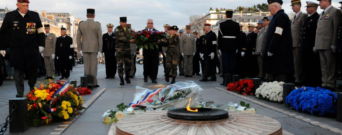 Le Professeur Olivier Gohin dépose une gerbe sur la tombe du soldat inconnu
