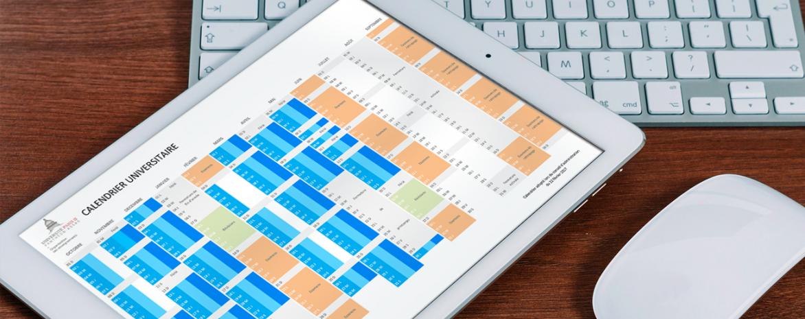 Photo calendrier universitaire avec clavier et souris d'ordinateur