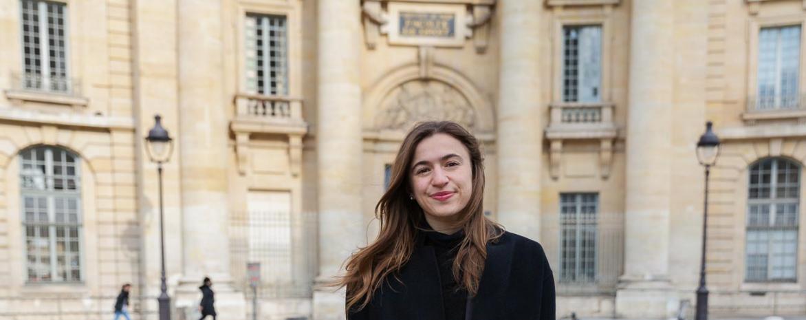 emilie magaud, étudiante et sportive de haut niveau, devant l'université Paris 2 Panthéon-Assas