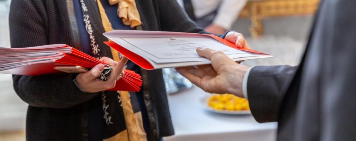 Photo de diplômes et de prix remis lors d'une cérémonie