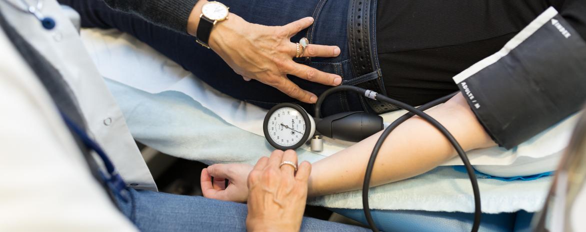 Photo de la prise de tension artérielle par le médecin de l'université Paris 2