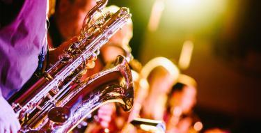 Photo d'un saxophoniste de jazz en concert