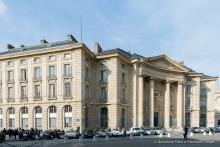 Façade sous un soleil de printemps de l'université Paris 2 Panthéon-Assas