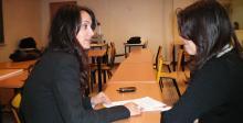 Entretien entre une avocate et une étudiante dans le cadre de la maison du droit