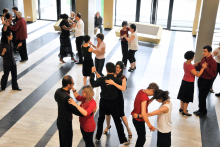 """Cours de tango argentin """"Milonga"""" dans le hall du centre Assas"""