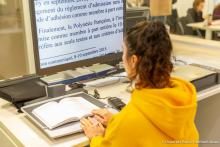 accessibilite-handicap-liseuse-bibliotheque-assas-paris