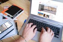 Un utilisateur consulte le site Internet de l'université Paris 2