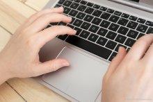 Visuel de mains sur clavier d