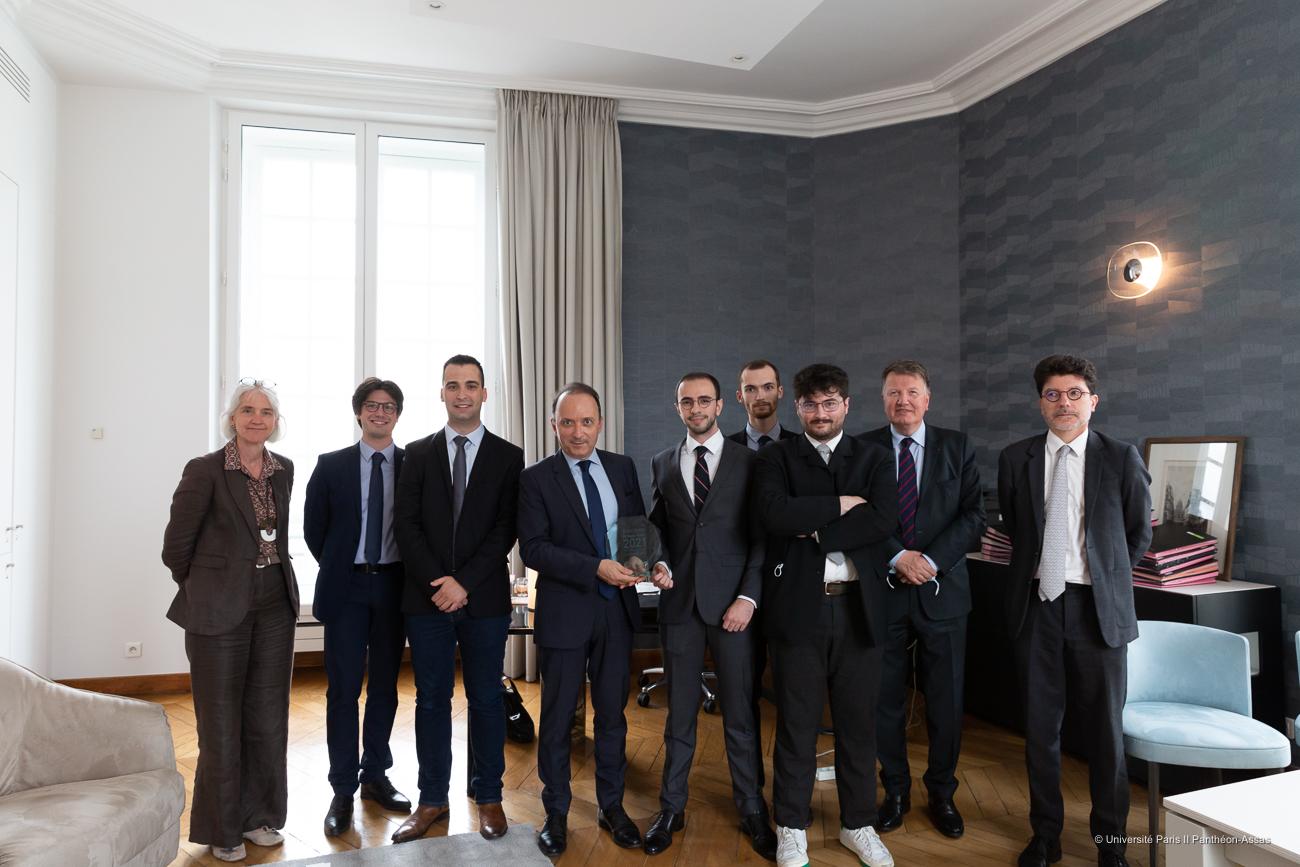 Les lauréats du concours Georges Vedel 2021, le président de l'université Paris 2 et leurs professeurs