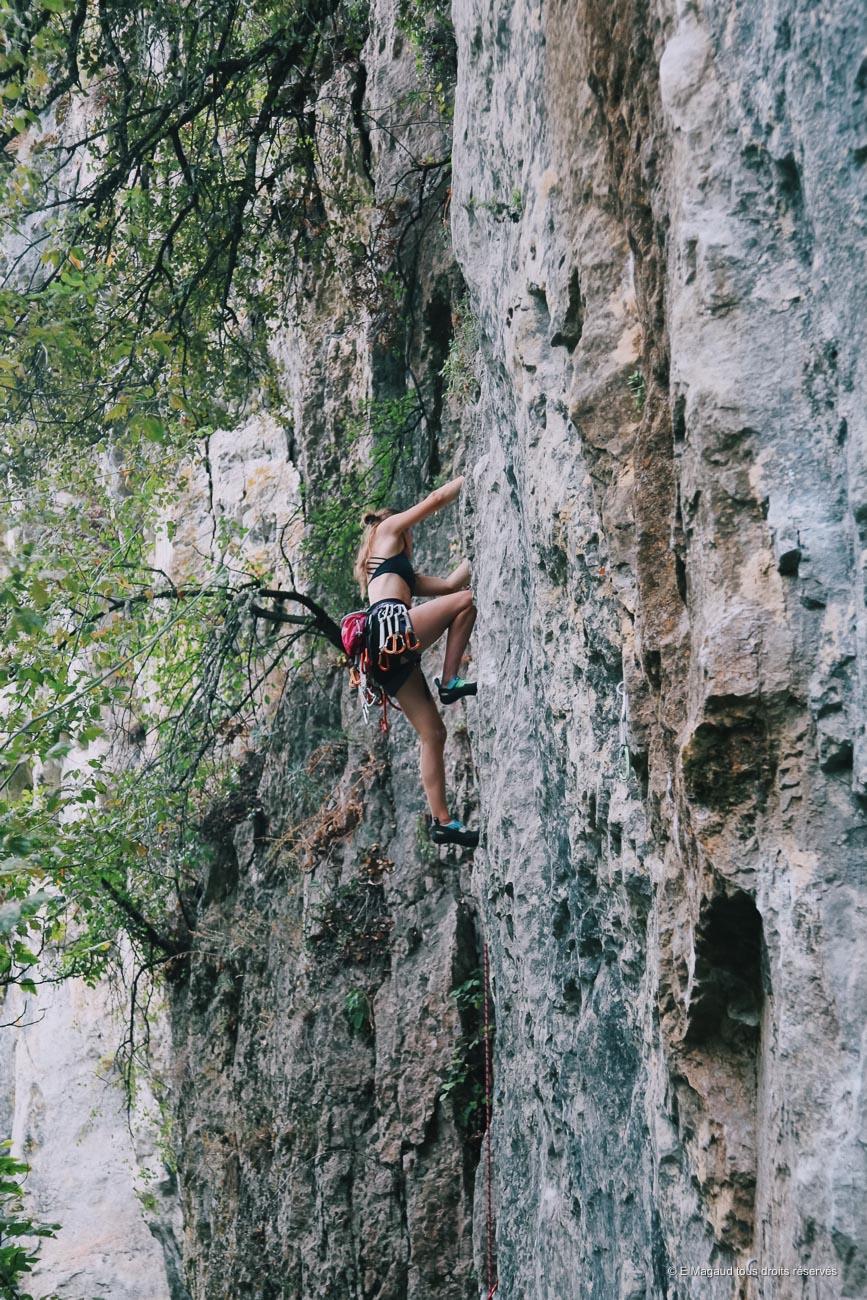 Emilie magaud escalade une paroi de montagne